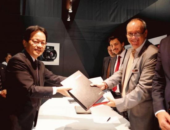 (Photo left) Mr Yoshiyuki Miyabe, President of AVC Networks Company, an internal company of Panasonic (Photo right) Mr Alfred Schopf, Chief Executive Officer of Leica Camera Read more on LeicaRumors.com: http://leicarumors.com/2014/09/19/panasonic-and-leica-camera-expand-partnership-agreement-in-the-digital-camera-sector.aspx/#ixzz3DqYleTiC